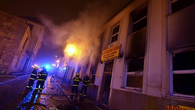 Při požáru ve Frenštátě utekli lidé na střechu, čtveřici odvezla záchranka.
