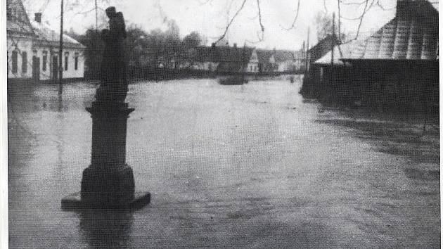 Stará fotografie zachycuje povodeň, která potrápila tehdejší obyvatele Bravantic téměř přesně před devadesáti lety.