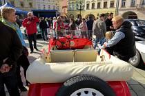 V pondělí 28. září zavítali dvakrát na Masarykovo náměstí v Novém Jičíně účastníci Svatováclavské vyjížďky historických vozidel.