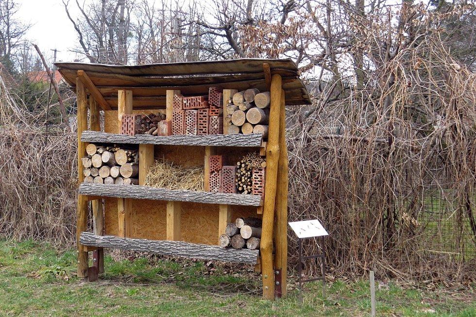 Školní zahrada v Bartošovicích je unikátní. Můžete se zde podívat i na hmyzí domek.