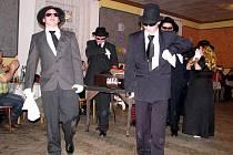 Smuteční průvod se zemřelou basou se objevil v sobotu 5. března nedlouho před půlnocí v sále Osvětové besedy v Tošovicích u Oder.