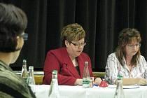 Čerstvé škrábance objevila na svém autě po skončení zasedání zastupitelstva starostka Hladkých Životic Irena Ravčuková (uprostřed) . V obci stále panuje napětí mezi přívrženci a odpůrci bývalého starosty.