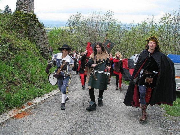 V sobotu 3. května se letos poprvé otevřelky brány hradu Starý Jičín pro veřejnost. Sezóna tak začala.