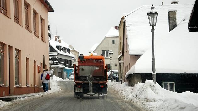 Bohatá sněhová nadílka zasypala v posledních dnech celé Novojičínsko. I když se ho v ulicích měst nahromadilo za celou zimu nejvíce, komplikace to nepřináší. Snad jen ve Štramberku.