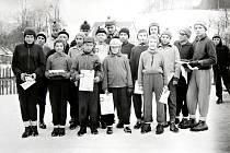V šedesátých letech se v Bordovicích čile lyžovalo. Na snímku z roku 1965 jsou účastníci lyžařských závodů ve sjezdu na lyžích.