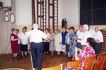 Bývalí členové Jistebnického dětského pěveckého sboru zazpívali v místní škole. Návštěvníci si mohli prohlédnout také fotografie, na nichž se mnozí poznali.