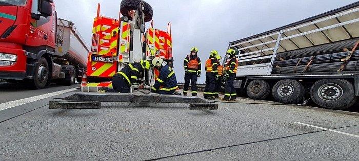 Tři jednotky profesionálních hasičů zasahovaly v úterý 13. dubna ráno u nehody kamionu Scania s nákladem více jak dvaceti tun trubek, který skončil zaražený ve středových svodidlech a měkké hlíně na dálnici D1 u Suchdolu nad Odrou (okres Nový Jičín).