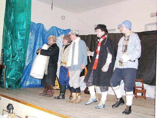 Premiéru hry autorů Smoljaka a Svěráka Dobytí severního pólu Čechem Karlem Němcem předvedli v neděli amatérští divadelníci v Hodslavicích.