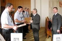 Novojičínským městským policistům předal ocenění starosta města Nový Jičín Ivan Týle.
