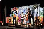 Desítky dětí si v pondělí 7. října užily zábavy v kulturním domě v Příboře. Jeho pódium se na chvíli proměnilo na kouzelný palouček.