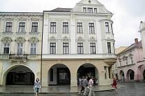 Snímky zachycují budovu na Masarykově náměstí v Novém Jičíně, která dříve sloužila jako Hotel Schuster, později jako Anglo–Cechoslovakische und Prager Creditbank. V současnosti v objektu sídlí Česká pojišťovna.
