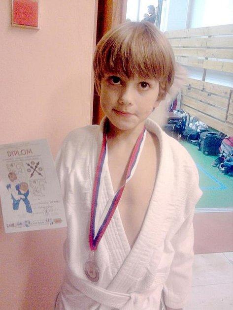 Závišický benjamínek Antonín Kořenek se stříbrnou medailí z mezinárodního turnaje o pohár primátorky Frýdku-Místku.