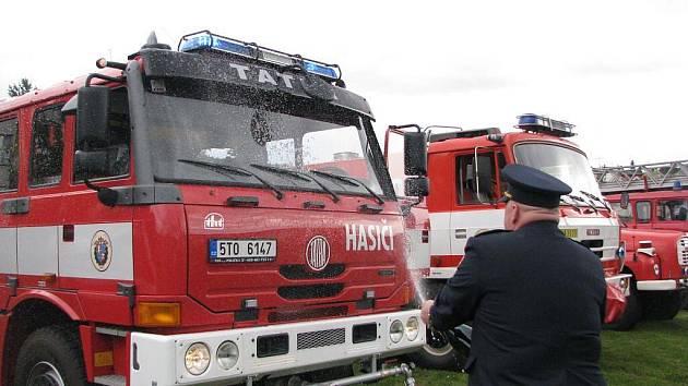 Jednotka sboru dobrovolných hasičů z Fulneku se mohou od pátku 10. července pyšnit zbrusu novým vozidlem. Na ochranu jej místní farář posvětil a velitel jednotky Josef Benýšek zalil šampaňským.