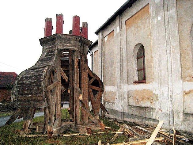Kostel svatého Vavřince čekají veké změny. Již nyní jsou na něm vidět zásahy, a to především v podobě sundané báně, která se opravuje.