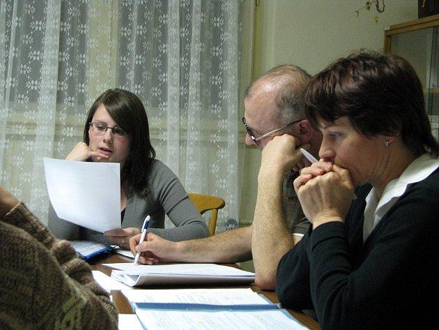Starostka Heřmanic u Oder Irena Šímová (vpravo) a ostatní zastupitelé podali stížnost proti rozhodnutí policie ve věci bývalé účetní.