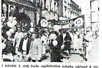 Fotografie vyzývala k účasti v prvomájových oslavách.