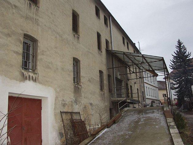 Město chtělo Flüssovu továrnu, stát ji chce dát do dražby.