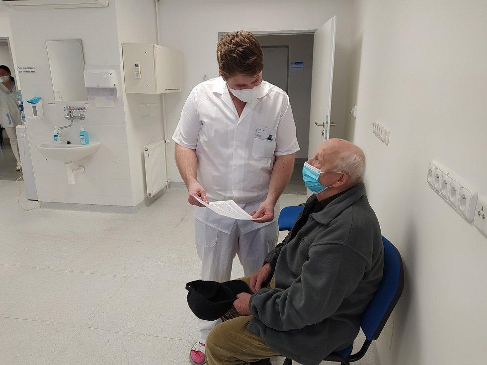 Očkování seniorů v novojičínské nemocnici.