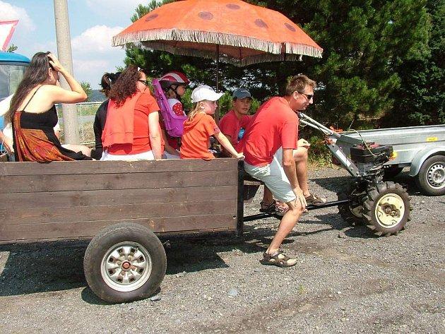 Starojickem se proháněly traktory v recesním závodě.