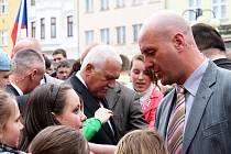 Návštěva Václava Klause v Odrách, Bílovci a v Albrechtičkách byla vskutku historická událost. Historicky se totiž jednalo vůbec o první návštěvu prezidenta naší republiky ve zmíněných městech.