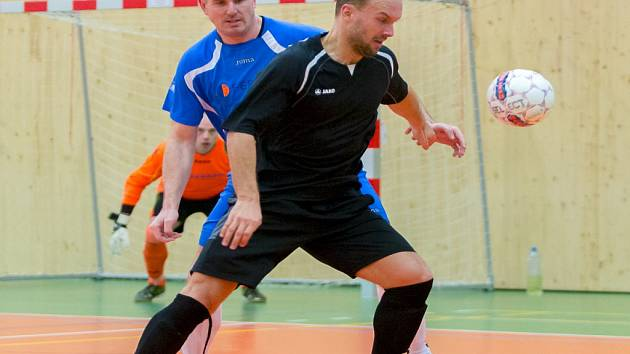 KOPŘIVNICKÉ FUČKO (na snímku v černém Roman Bartoš) potvrdilo v úvodním čtvrtfinále play-off s Jokeritem pozici favorita a v sobotu bude usilovat o postup do semifinále.