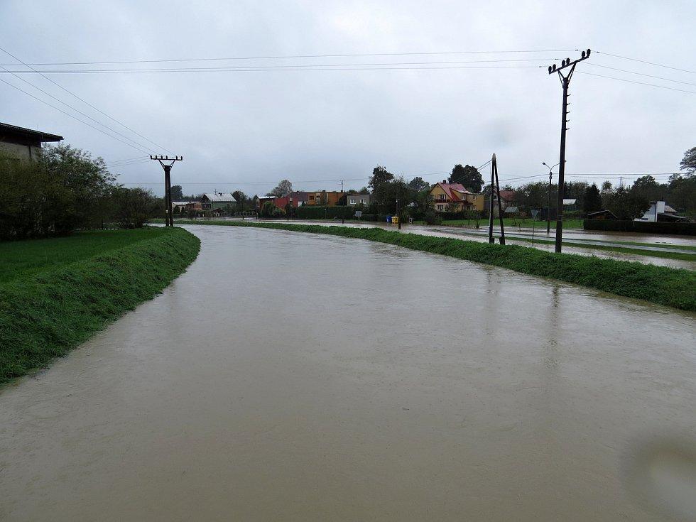 Příjezdové cesty do Jeseníku nad Odrou byly ve středu 14. října kolem poledne místy pod vodou.
