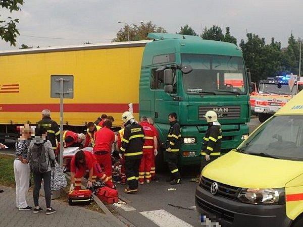 V Novém Jičíně, na jednom z kruhových objezdů na ulici Sokolovské, hasiči vyprošťovali cyklistu uvízlého pod koly nákladního automobilu.