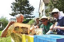 Petr Valošek z Kujav vede kroužek mladých včelařů v Bílovci. Zkušenosti získával již v předškolním věku u svého otce, ale i u dědečka, který měl čtyři včelstva.