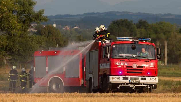 Zásah hasičů u požáru strniště v Jistebníku.
