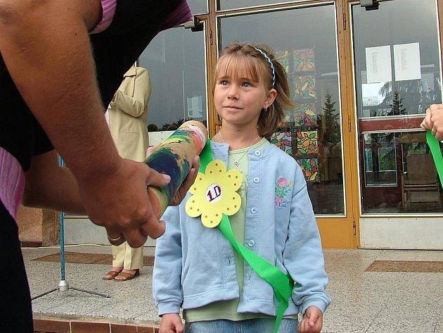 Na základní škole Dlouhá v Novém Jičíně pasovali prvňáčky před dvěma lety obří pastelkou.