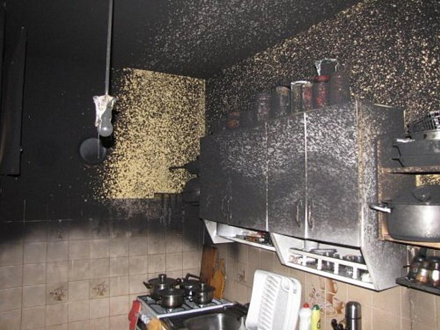 Hasiči při požáru bytu ve Studénce uchránili více než půl milionové hodnoty před úplným zničením. V bytě totiž propukl požár, zřejmě od chladničky.