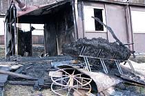 Prakticky nic nezůstalo z unimo buňky v areálu skokanských můstků ve Frenštátě pod Radhoštěm po požáru.