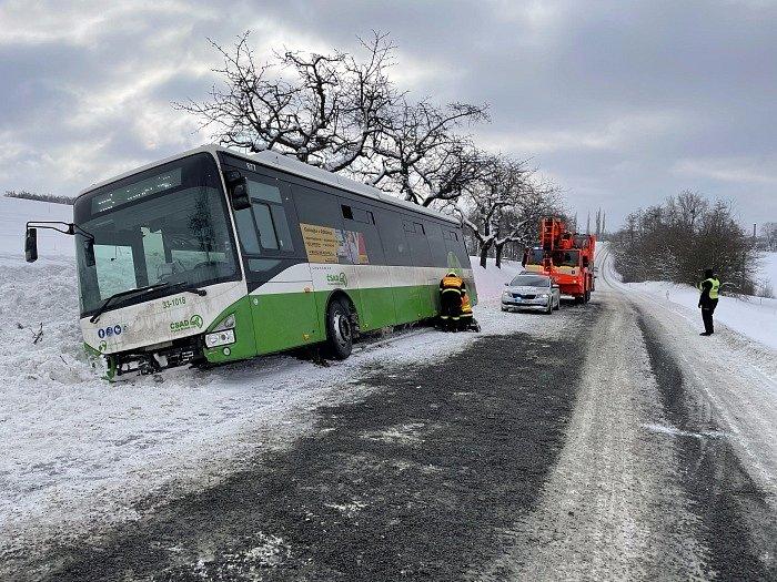 Zapadlý autobus a záchrana pasažérů a řidiče v Tiché na Novojičínsku. Neděle 14. února.