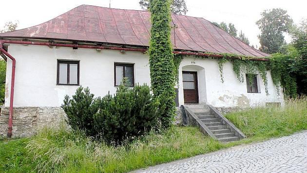 Špitál v 21. století. Přibyly rostliny a plechová střecha, která zakrývá šindelovou krytinu. Objekt se jinak změnil minimálně.