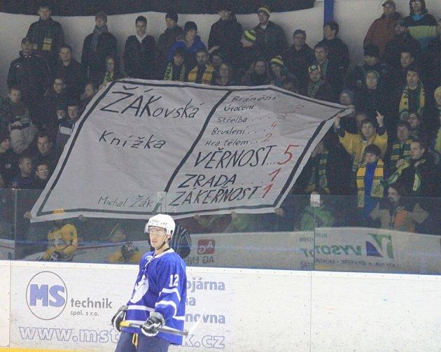 Krátce po vyvěšení transparentu směřovaného na jeho osobu se mohl Michal Žák radovat z premiérové trefy v sezoně, kterou zvyšoval na 3:1.