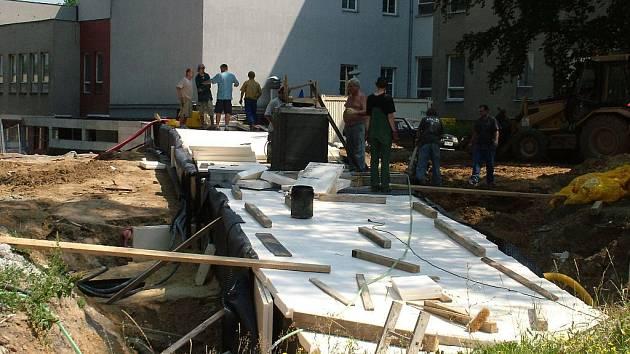 Stavba spojovací chodby mezi budovami byla ještě v srpnu rozestavěna.