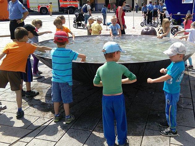 Stovky dětí předškolního i školního věku zamířily ve středu na Masarykovo náměstí v Novém Jičíně na akci Den bez úrazu.
