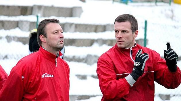Trenérské duo Jan Žemlík (vpravo) a Tomáš Vyhlídal (vlevo) během úvodního tréninku zimní přípravy divizních fotbalistů FK Nový Jičín.