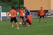 Fulnecká obrana (v oranžovém) byla proti záložnímu týmu Brna pevná a téměř neprůchodná. Na snímku pronikající Nenad Pleš neuspěl. )