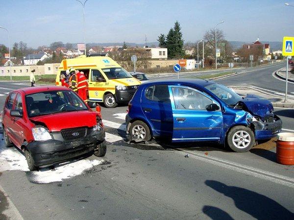 Dvě jednotky hasičů zasahovaly vsobotu dopoledne ve Fulneku unehody dvou osobních automobilů - Kia Picanto a Toyota Yaris, která si vyžádala zranění 4osob, ztoho dvou dětí.