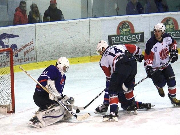 Kopřivničtí hokejisté (ve světlém) mají před sebou poslední čtyři utkání základní části (venku Opava, doma Valašské Meziříčí, venku Nový Jičín, doma Poruba).