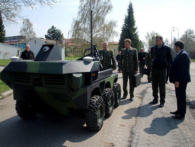 Náčelník Generálního štábu České republiky Josef Bečvář si ve středu prohlédl zázemí VOP CZ.