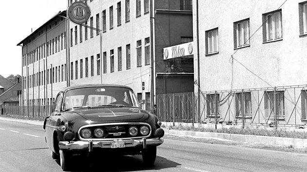 Tatra 603před branou závodu Příbor.