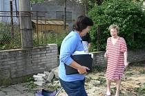 Obyvatele domu na Suvorovově  ulici v Novém Jičíně ve středu 25. června dělilo od neštěstí jen pár metrů. Větve topolu jim naštěstí poničila jen zídku a plot.