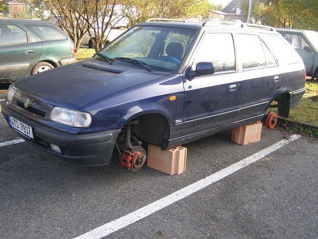 Na cihlách nalezl odstavené své vozidlo majitel této Škody Felicia. Kola, za téměř dvanáct tisíc korun, mu někdo ukradl.