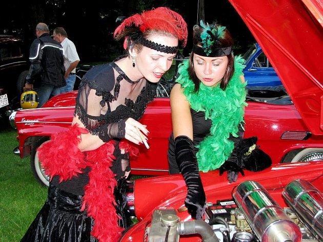 Dámy v róbách nezajímaly jen mužští protějšci, ale také nablýskaná dobová vozidla.