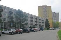 Ulice Dlouhá spolu s ulicemi Dolní brána, Anenská a Palackého ohraničují lokalitu sídliště Máj, která bude ze stomilionové dotace z evropského Integrovaného operačního programu zrekonstruována.