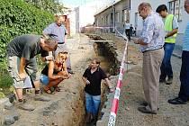 Slezské náměstí v Bílovci je v současné době pod drobnohledem archeologů.  Při zemních pracích na Pivovarské ulici totiž dělníci odkryli historické vrstvy z doby výstavby Bílovce.