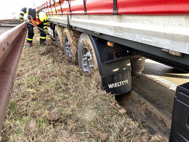 Hasiče ohrozil polský kamion.