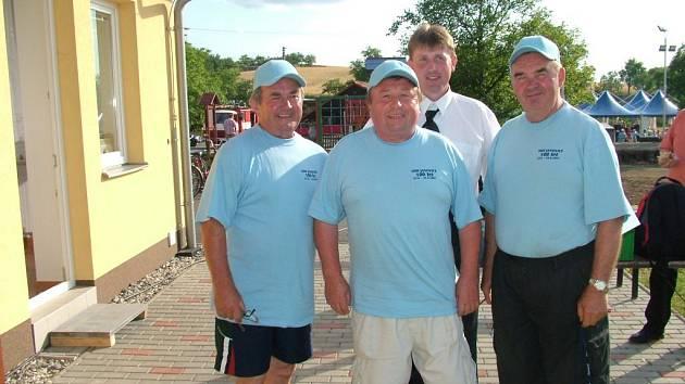 Čtyři hasičští starostové Vlastimil Kremel (vlevo) předal funkci Josefu Páterovi (vpravo), ten Jaroslavu Kovařčíkovi (uprostřed), jehož synTomášKovařík (v pozadí) jesoučasnýmstarostou.